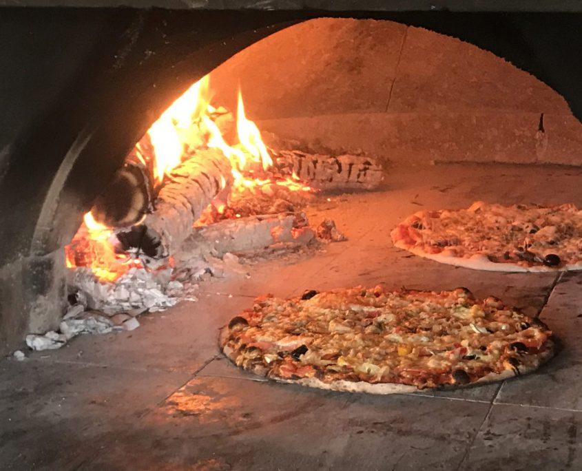 Pizza devant feu de bois